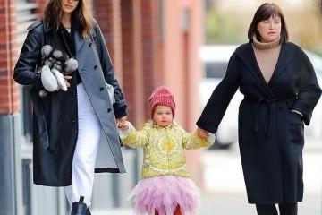 超模伊莲娜一家三代逛街2岁Lea宝穿粉裙萌化了稳赢乔治娜女儿