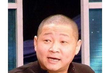 50岁赵亮近照娶小16岁模特恩爱9年并隐居深山喂鸡日子