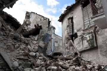 地裂墙崩江西南昌一路面突发塌陷如何预防掉入深井